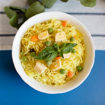 Zakończenia indyjski tradycyjny jedzenie z ryżem i kurczakiem