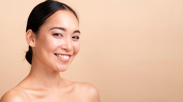Zakończenia smiley brunetki model patrzeje kamerę