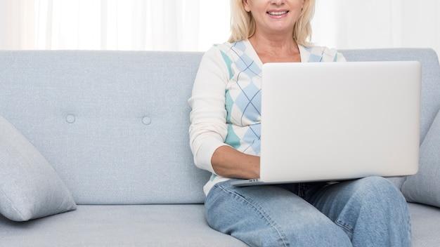Zakończenia smiley kobieta z laptopem na leżance