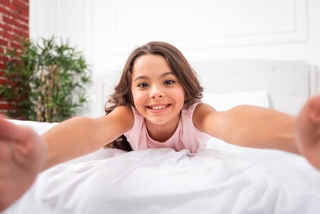 Zakończenia smiley młoda dziewczyna w domu