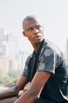 Zakończenie afrykański atleta młody człowiek patrzeje daleko od