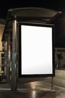 Zakończenie autobusowego schronienia billboard przy nocą