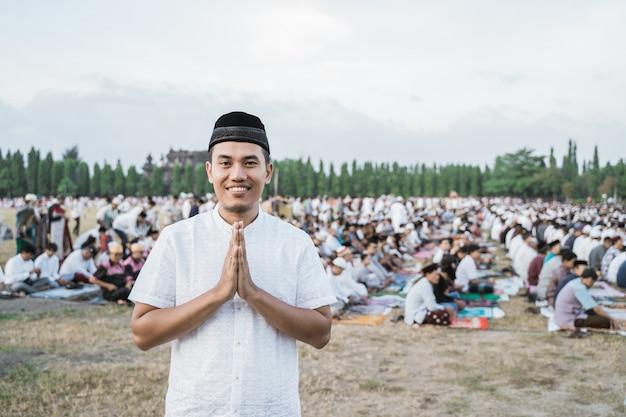 Zakończenie azjatykci młodego człowieka uśmiech gestem up przeprasza