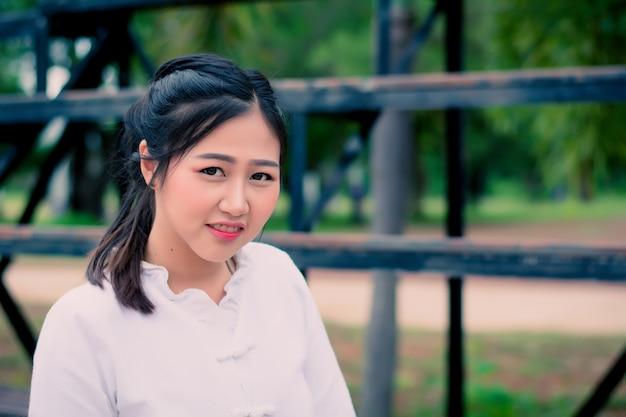 Zakończenie azjatykci portret piękna dziewczyna w białej sukni w lecie.