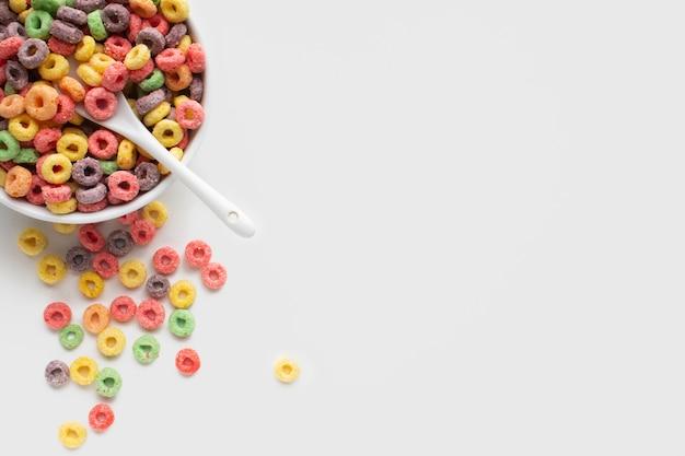 Zakończenie barwiona zboże miska z łyżką