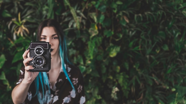 Zakończenie bierze obrazek z rocznik kamerą nowożytna kobieta