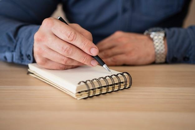 Zakończenie biznesmen bierze notatki
