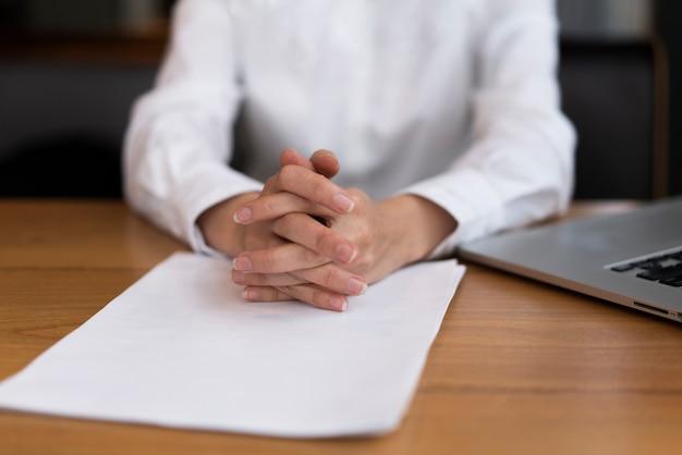 Zakończenie biznesmen przygotowywający podpisywać kontrakt