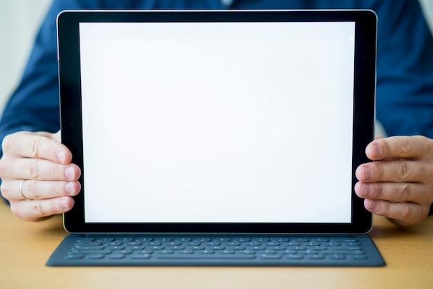 Zakończenie biznesmen ręka z cyfrową pastylką pokazuje pustego bielu ekran