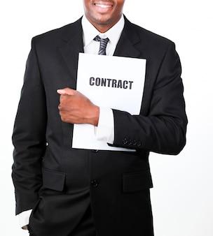 Zakończenie biznesmen trzyma kontrakt