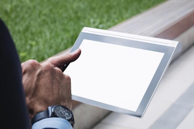 Zakończenie biznesmen używa cyfrową pastylkę