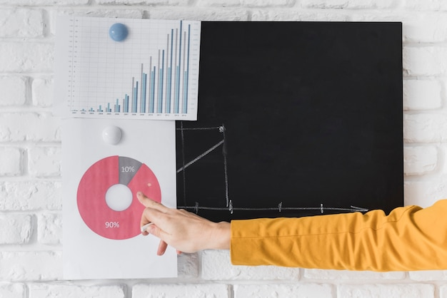 Zakończenie biznesowa kobieta podtrzymuje prezentację