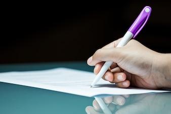 Zakończenie biznesowej osoby podpisywania zgody kontrakt na biurku