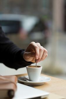 Zakończenie biznesowy mężczyzna cieszy się kawę