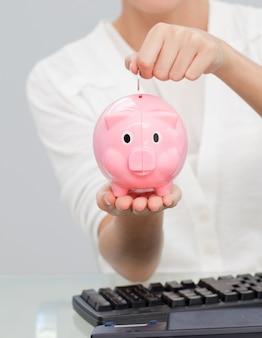Zakończenie bizneswomanu oszczędzania pieniądze w piggibank