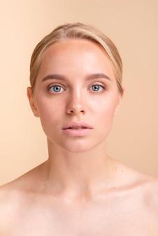 Zakończenie blondynki model patrzeje kamerę