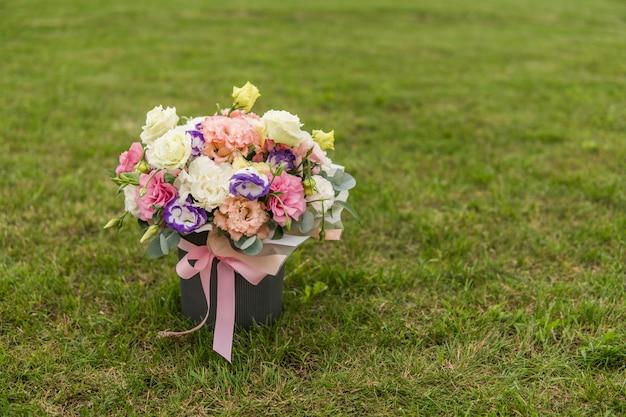 Zakończenie bridal biały żółty fiołek róży bukiet na tle zielona trawa.