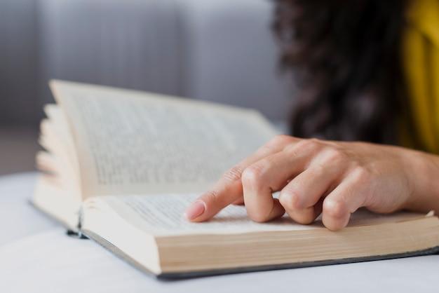 Zakończenie brunetki dziewczyna z książką