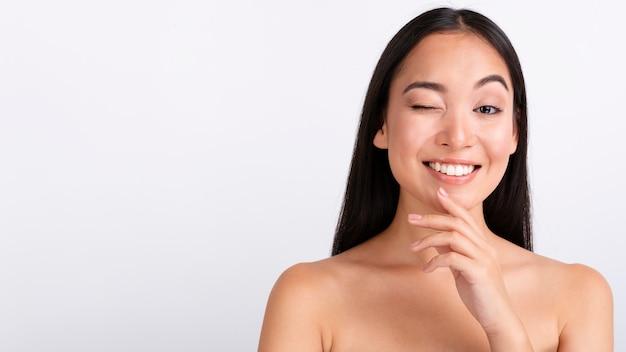 Zakończenie brunetki kobiety mrugać