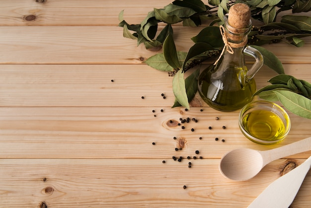 Zakończenie butelka oliwa z oliwek z kopii przestrzenią