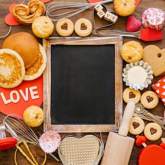 Zakończenie chalkboard wśród piec jedzenia