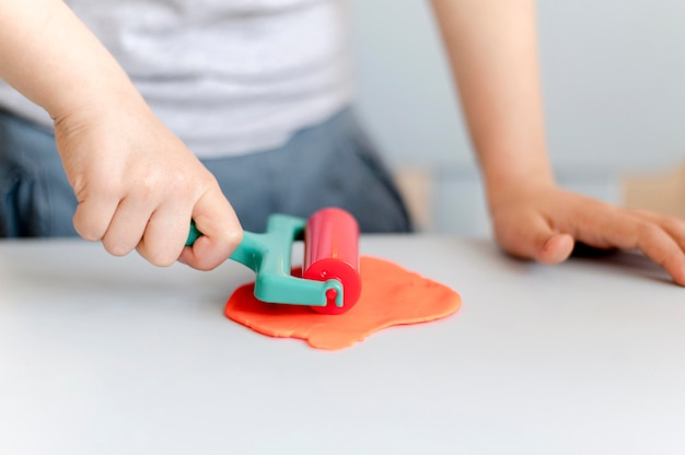 Zakończenie chłopiec bawić się z plasteliną