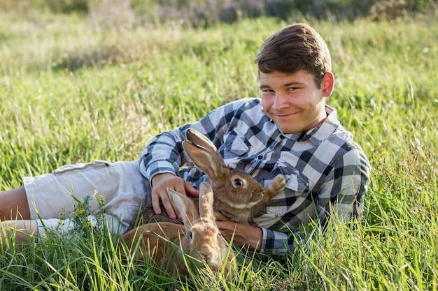 Zakończenie chłopiec mienia królik przy gospodarstwem rolnym