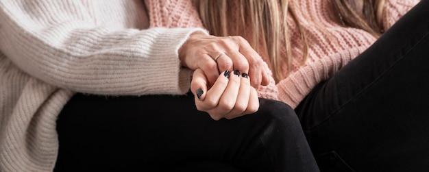 Zakończenie córka i mamy mienia ręki