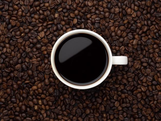 Zakończenie czarna kawa w białej filiżance
