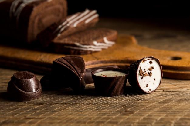 Zakończenie czekoladowi cukierki na drewnianym stole