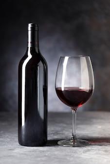 Zakończenie czerwonego wina butelka i szkło