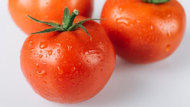 Zakończenie czerwoni soczyści pomidory