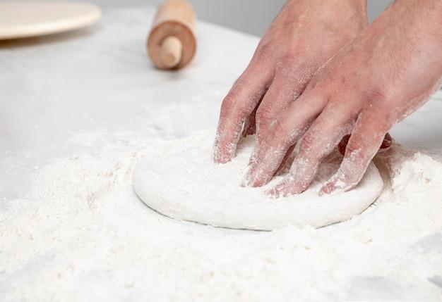 Zakończenie człowiek dokonywanie ciasta do pizzy