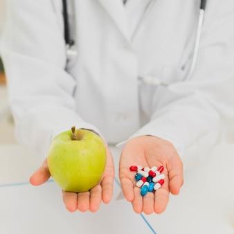 Zakończenie doktorski mienie zieleni jabłko i pigułki