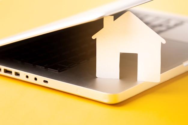 Zakończenie domu postać z laptopem