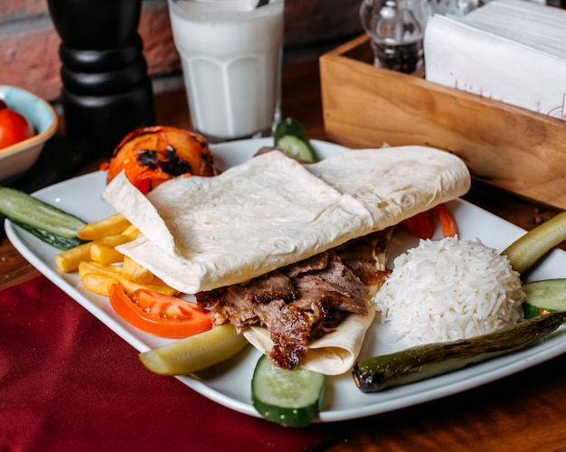 Zakończenie doner mięso z francuzem up smaży ryż i warzywa na talerzu