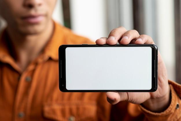 Zakończenie dorosła samiec trzyma telefon