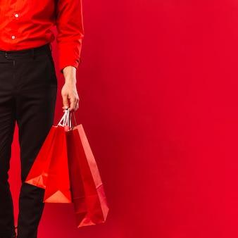Zakończenie dorosłego mężczyzna mienia torba na zakupy