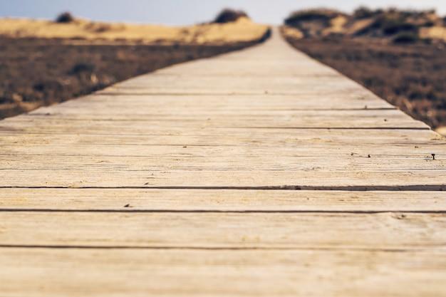 Zakończenie drewnianej plaży boardwalk ścieżka