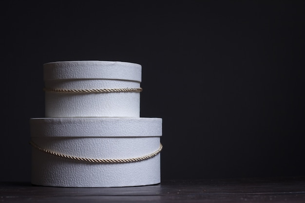 Zakończenie dwa białego round prezenta pudełka na kapelusz