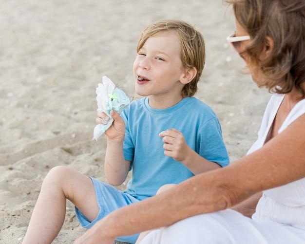 Zakończenie dzieciak jedzenie nasion na plaży