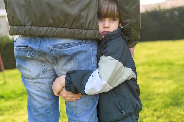 Zakończenie dzieciak trzyma dorosłej nogę