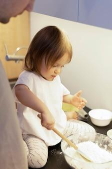 Zakończenie dziewczyna robi ciasto