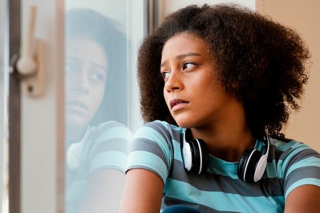 Zakończenie dziewczyna ze słuchawkami w kwarantannie