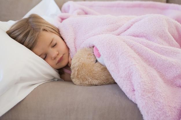 Zakończenie dziewczyny dosypianie na kanapie z faszerującą zabawką
