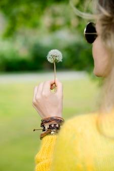 Zakończenie dziewczyny mienia dandelion