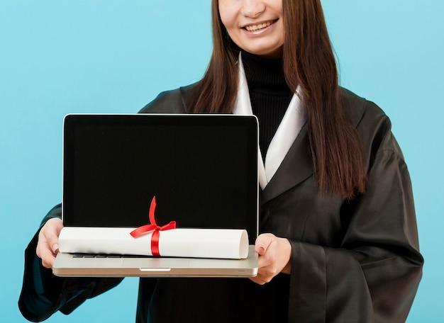 Zakończenie dziewczyny mienia laptop