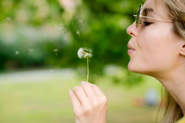 Zakończenie dziewczyny podmuchowy dandelion