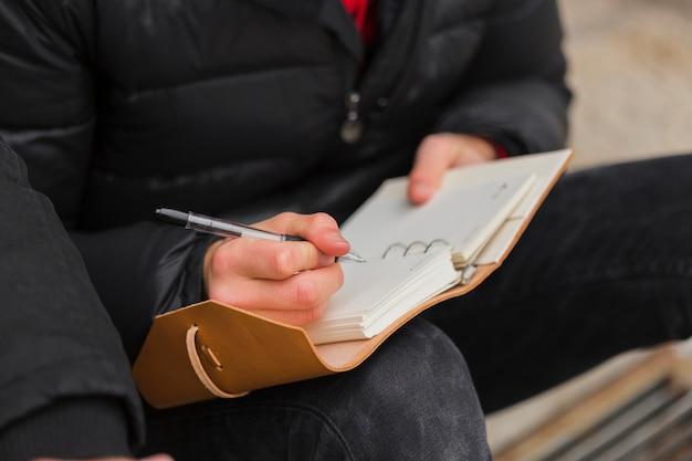 Zakończenie faceta writing w notatniku