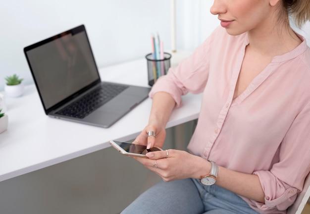 Zakończenie freelancer żeński sprawdza telefon